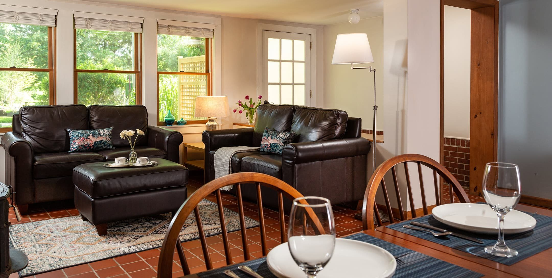 A spacious living room and dining table in Robin's Nest Cottage at Brampton Inn