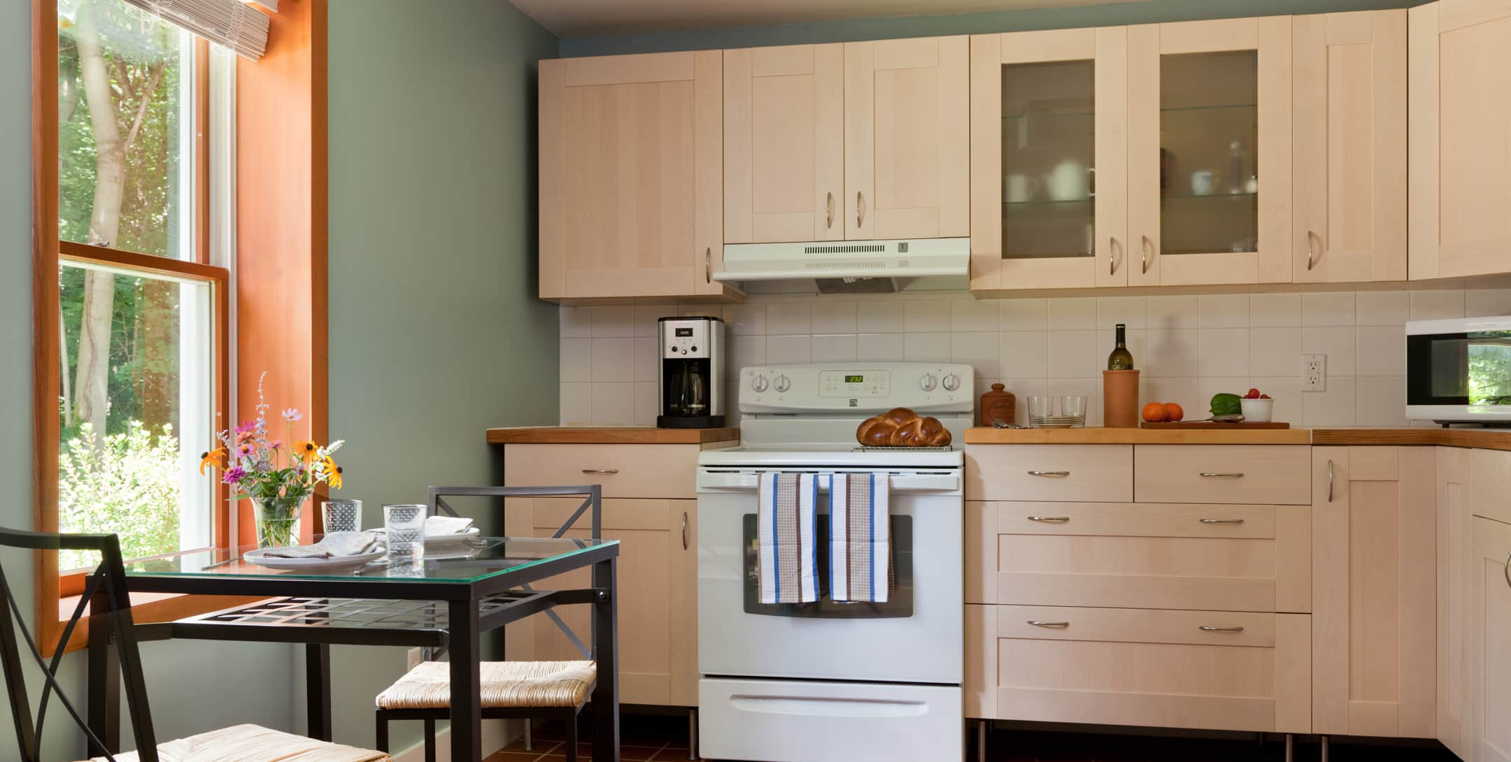 A full kitchen in Robin's Nest at Brampton Inn